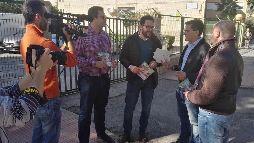 Comparecencia del PSOE de Almería a las puertas del IES \'Al Andalus\'.