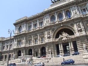 """Photo: ... auch alleine mit Resi in die große Stadt (hier der sogenannte """"Palazzaccio"""", der Justizpalast), ..."""