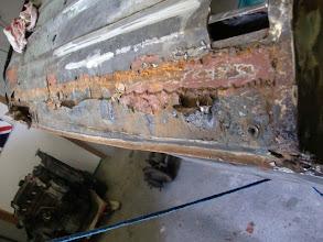 Photo: Grauenhaft, oder??  Über den total vergammelten alten Außenschweller wurde der Neue einfach darüber gebruzelt und das von einer Fachwerkstatt.