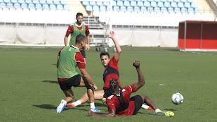 Giménez y Sekou al suelo para tratar de cortar una jugada.