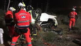 Sanitarios del 061 socorren a la víctima tras el accidente.