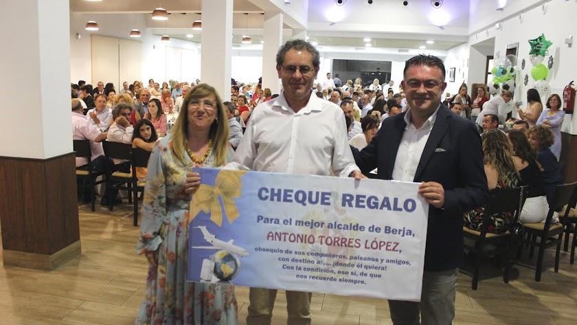 Torres junto a una concejal y el próximo Alcalde, José Carlos Lupión.