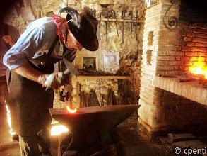 Photo: L'antico mestiere di battere il ferro