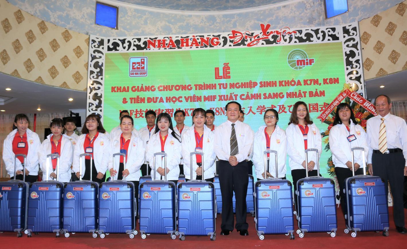 3. Ông Lê Thanh Thuấn - Chủ tịch Tập đoàn Sao Mai và lãnh đạo MIF tặng quà cho các tu nghiệp sinh xuất sắc được chọn sang Nhật làm việc