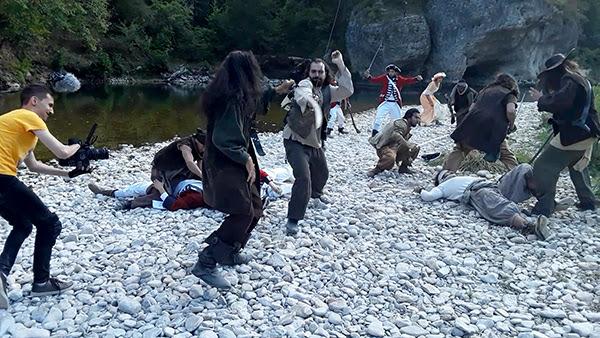 Un plan-séquence de combat et duels d'escrime opposant des corsaires, pirates et tuniques rouges. Escrime Cascade - Alexis DIENNA.