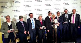 Miembros de la empresa reciben un premio.