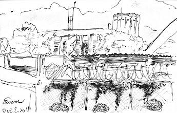 Photo: 花圃即景2011.10.02鋼筆 監獄的花圃總是弄得很美,即使種滿了綠樹,圍籬上也長了爬藤,但我還是喜歡把目光放在勤務中心上那片青山和藍天…