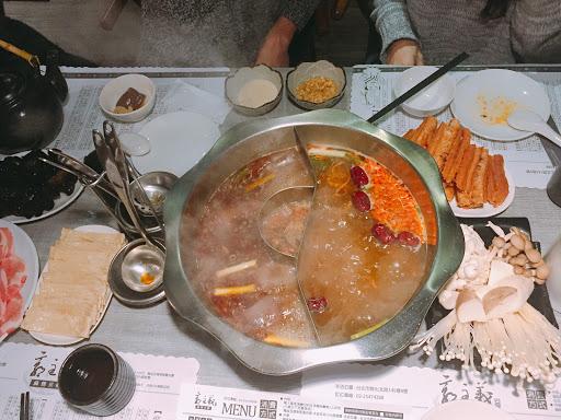很適合愛吃麻辣鍋又怕辣的人 覺得不夠辣 還有特製的鬼椒 豆腐鴨血無限加點 透抽木耳意外好吃👍