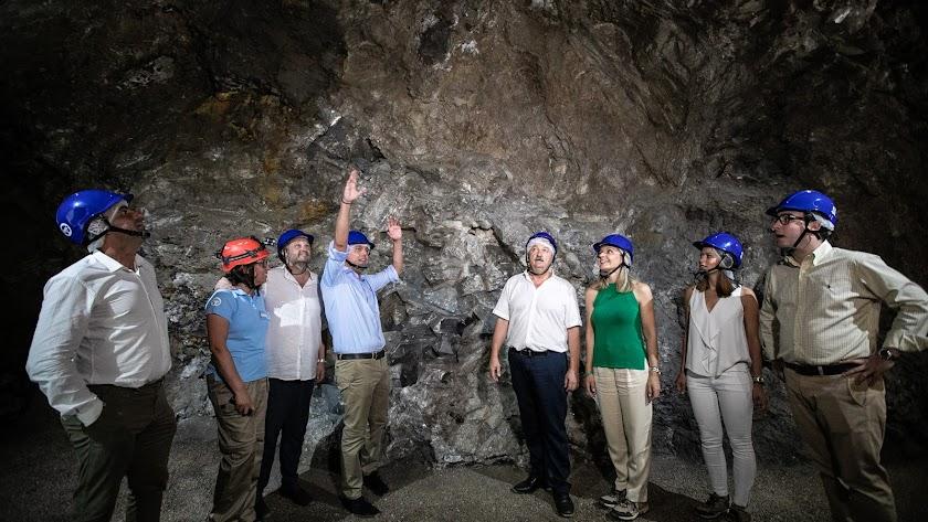 Representantes institucionales visitan la Geoda de Pulpí.