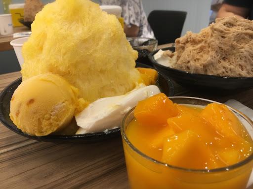 必點芒果綿花甜,搭配一碗新鮮芒果、一球芒果雪芭和牛奶奶酪,非常對味