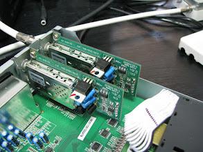 Photo: Pohled dovnitr STB IceCrypt STC6000HDPVR behem testu DVB-T2 na prodejne. Jsou videt dva osazene tunery, oba jsou DVB-T2, pres jeden lze nahravat a soucasne pres druhy se divat na jinej MUX, kdyz se divate na program ze stejneho MUXu, tak neni zapotrebi druhy tuner. Takze tim lze vytvorit combo prijimac. Existuje i tuner v norme DVB-C a pro DVB-C2 se tuner pripravuje. Vystup z tuneru je komplexni TS do hlavniho CPU.