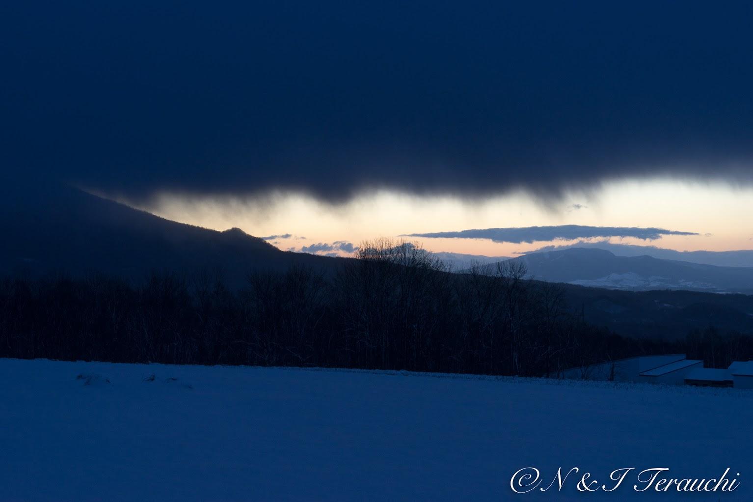 日の出とともに雪雲に覆い隠されてしまった羊蹄山