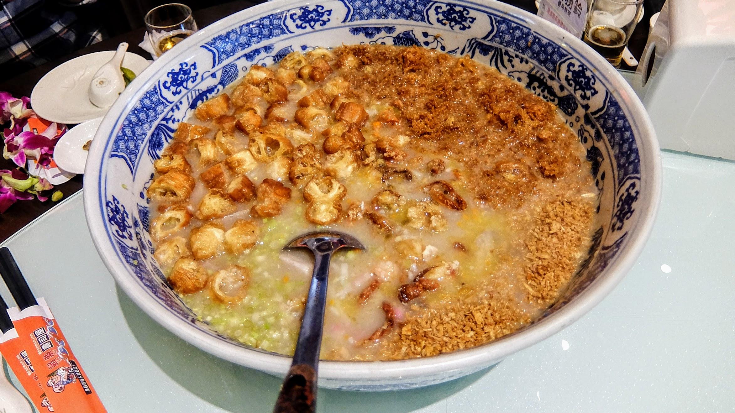 蟹黃軟殼蟹粥! 看吧,還是相同,就是個盆栽來裝粥XDDD 料很多,熬煮得也夠味,好吃..