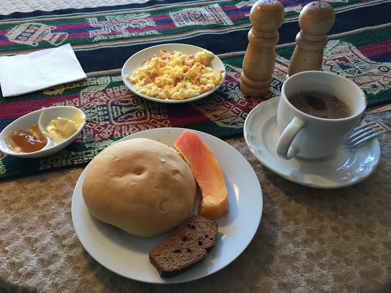 ウユニ塩湖のホテルで朝食