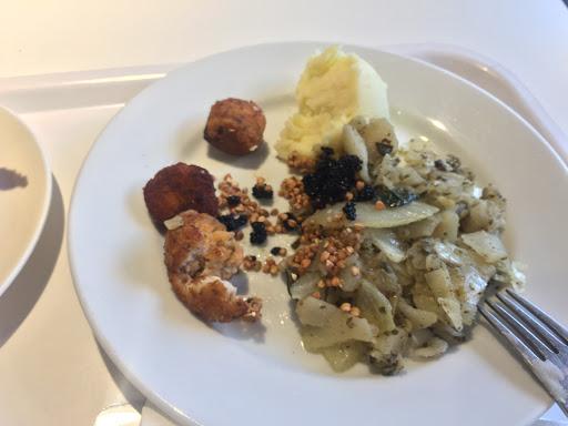 抱著好奇心點點看IKEA的鮭魚丸,想說會不會跟肉丸一樣好吃😋。鮭魚丸一份約6顆,吃起來有實在的鮭魚味,但我還是覺得肉丸好吃❤️  加上下午茶組合❤️經典炸雞翅,真是開心的第一餐😘