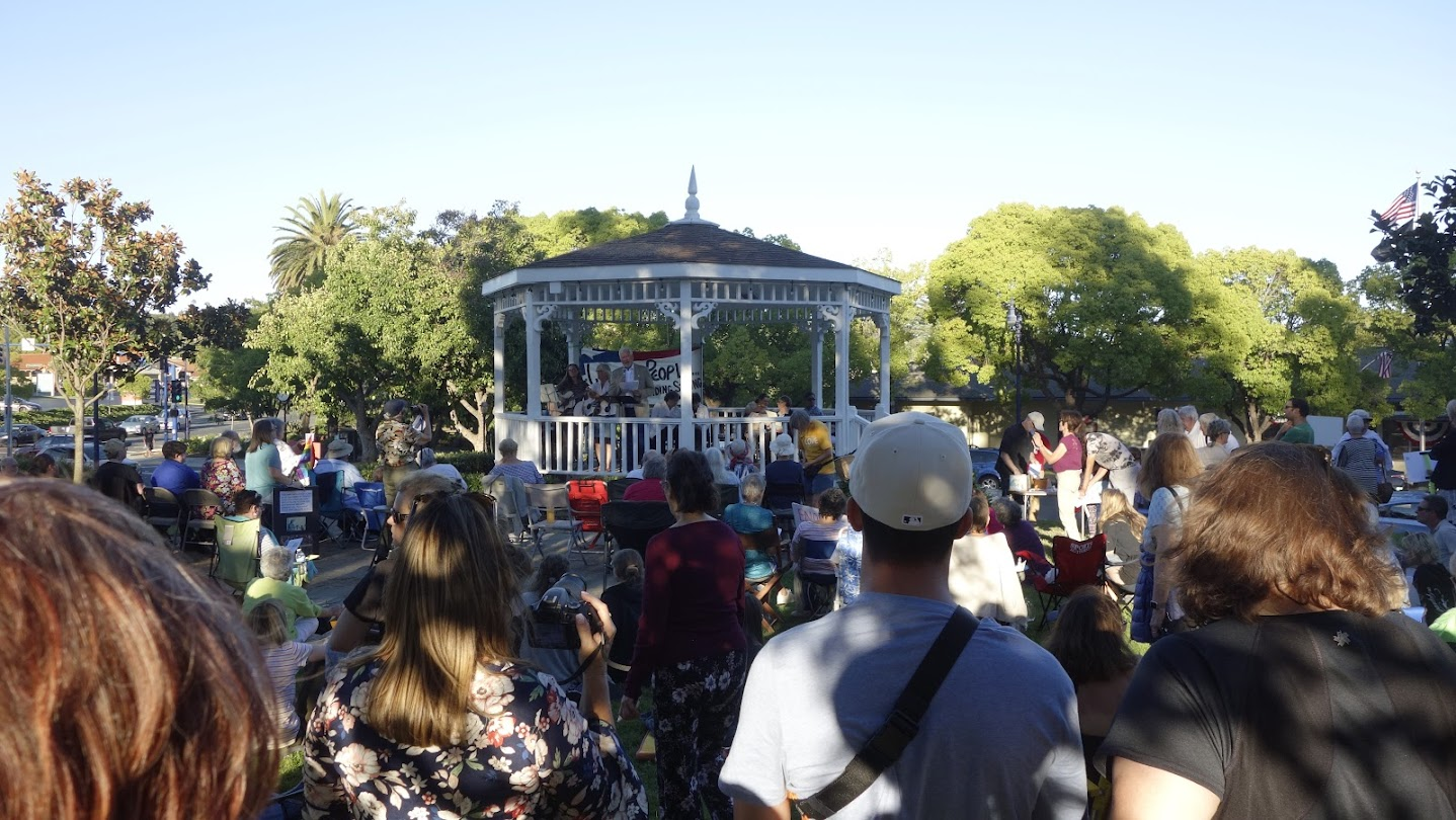 Crowd of 400 at Benicia Lights for Liberty Candlelight Vigil, July 12, 2019 [Photo credit: Larnie Fox]