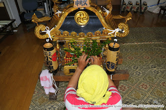 Photo: 【平成21年(2009) 宵々宮】  小人神輿の飾り付け。