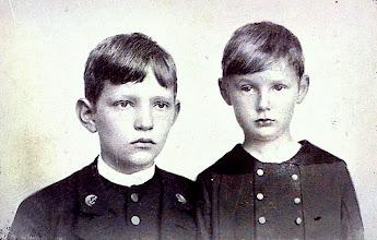 Photo: Harald Kidde og hans bror Aage omkring 1893.