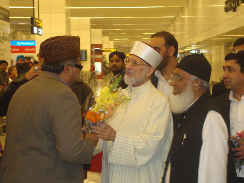 Photo: On arrival of Shaykh-ul-Islam Prof.Dr. Muhammad Tahir-ul-Qadri, Dr Syed Nade Ali Hassan Ali(President Of MQI India) and Dr Syed Hayaatullah Quadri(Vice President of India) welcomed Dr. Tahir Ul Qadri at New Delhi Airport...!! Md Rafique Khan Sahab(President Of Bengaluru) Presented a Bouque to Shaykh Ul Islam...!!!