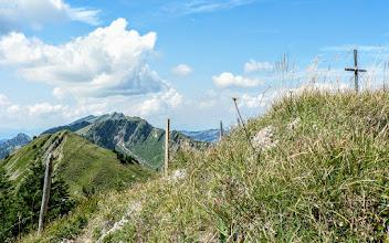 Photo: Stuiben Gipfelkreuz mit Blick zum Buralpkopf L-40 b -  Wanderinfos: https://pagewizz.com/gunzesried-saege-stuiben-wandern-im-allgaeu/