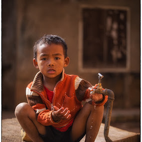 Playing with water by Jan Egil Sandstad - Babies & Children Child Portraits ( colors, children, madagascar )