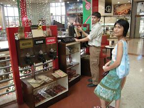 Photo: ショッピングセンターのアルゼンチン系コーヒー屋で物色中。 ものすごく優し~いおにいさんだった。