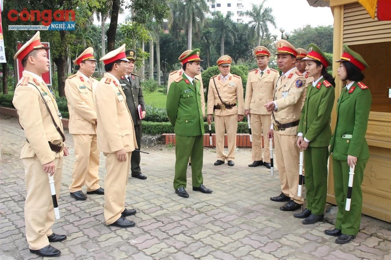 Đồng chí Đại tá Nguyễn Đức Hải, Phó Giám đốc Công an tỉnh trao đổi với các lực lượng  về công tác bảo đảm TTATGT trong đợt cao điểm