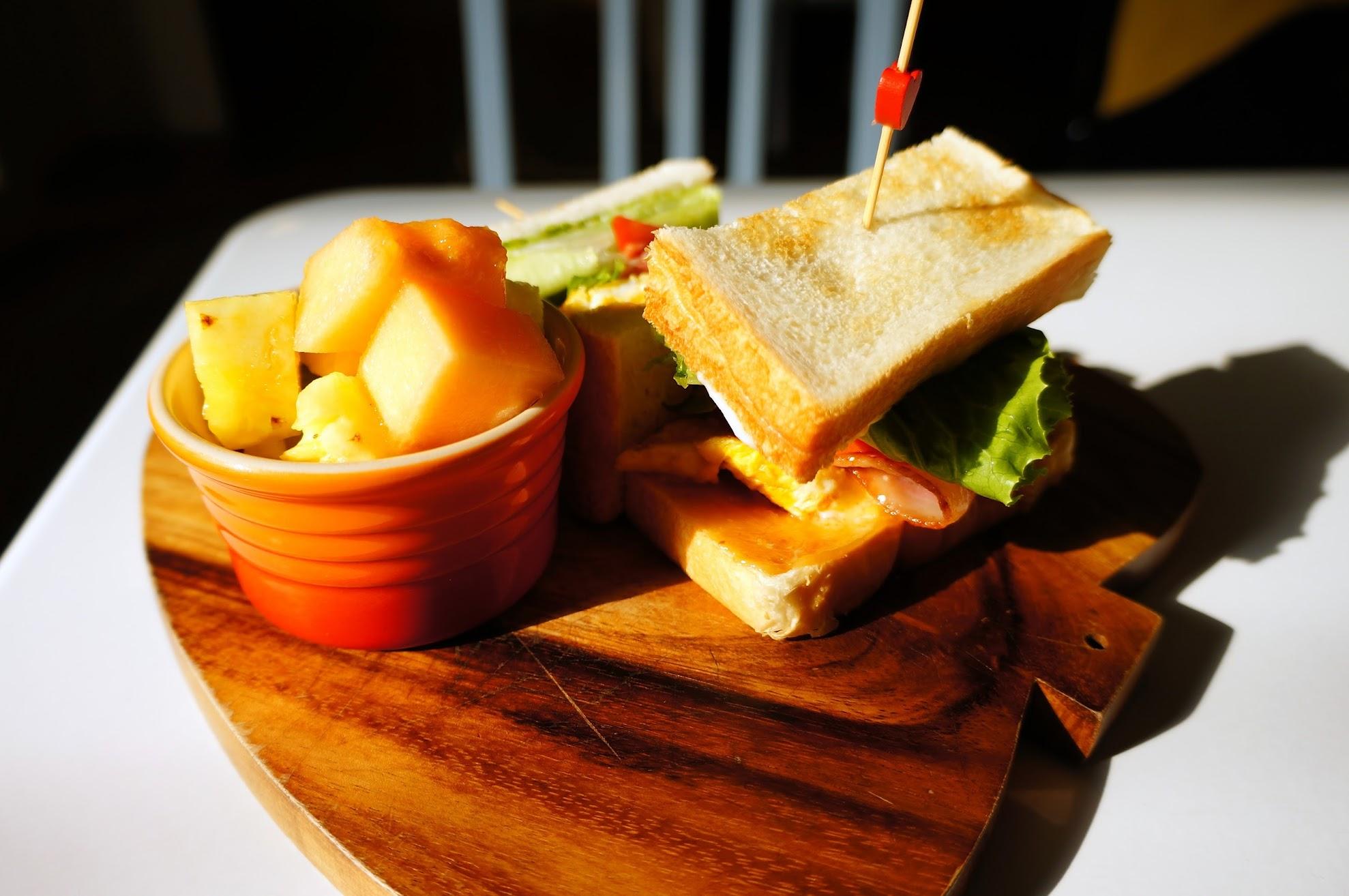 培根厚蛋三明治!! 一小盤水果+生菜,主餐則是二塊麵包中間夾著厚蛋培根再對切