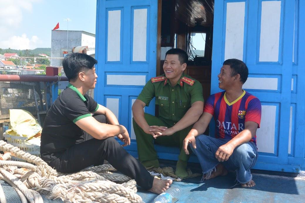 Đại úy Nguyễn Đình Châu, Trưởng Công an xã Quỳnh Lập thường xuyên tuyên truyền, nhắc nhở ngư dân chấp hành nghiêm túc các chủ trương pháp luật của Đảng, Nhà nước, bảo vệ chủ quyền thiêng liêng của Tổ quốc