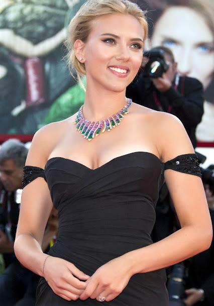 Scarlett Johansson in black gown, Scarlett Johansson hot pics
