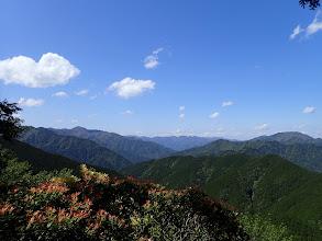 北側の展望(左にウグイ谷高、右に仙千代ヶ峰、中央は迷岳)