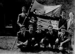 Photo: Nieuw vaandel 1953 geschonken door commité Staand: Hub Brouwers - Frans Hamer - Jan Heyenrath Zittend: Hub Houben - Wil (Pim) Bosten - Jozef (Jeuf) Hacking - Hub Hounjet - Hub Brauwers