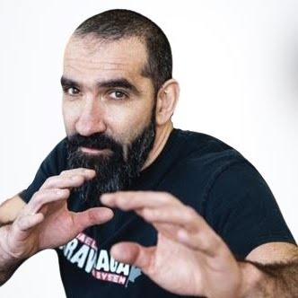Le nom du coach de l'événement est  Alain Elkaim