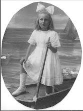 Photo: Mijn moeder geb 1915, in 1925  is deze foto genomen  ''bij fotograaf Jonker''  Toepasselijke  achtergrond en het bootje. Na onbezorgde kinderjaren, werd ze na het overlijden van haar ouders op 15 jarige leeftijd  in een Christelijk meisjes weeshuis in Gelderland geplaatst, ze heeft nooit begrepen waarom haar familie dat had toegestaan. Ze had een voogd  in Zeist ''oom Henk'' broer van haar biologische vader die   dat besliste. Ze heeft er 4jaar gewoond. Ze werd daar  geslagen ''ook de andere meisjes'' het was er verschrikkelijk streng. Ze zei altijd ik heb daar heel wat traantjes liggen en vreselijk mijn moeder gemist. Uiteindelijk is ze weggelopen en terug naar Egmond gegaan, waar ze als kind  gelukkig was geweest.  Ze had toen in die periode  mijn  vader   ontmoet.  De traumatische ervaring van dat tehuis kwam op oudere leeftijd steeds weer naar boven.