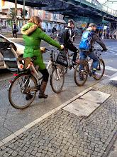 Photo: http://sicher-radeln.de - Hätte, hätte Fahrradkette: die Fahrrad-Sicherheitsinitiative - Straßenaktion mit kostenlosen Turnbeuteln und Aufklärungskampagnen für mehr Verkehrssicherheit für Radfahrer*innen in Berlin und überall sonst. Fahrt vorsichtig, Freunde! #sicherradeln #gewinn #bike #criticalmass #fahrradsicherheit