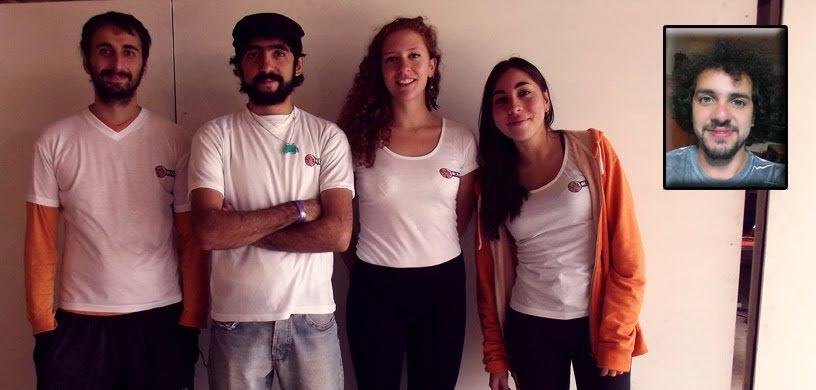 Nuestro grupo de desarrollo en un evento a principio de año en Mendoza (Argentina), por temas de distancia tuve que colocar de forma estampada al músico. De izquierda a derecha: Momfus (yo), Jafi, Julia, Peppi y Álvaro