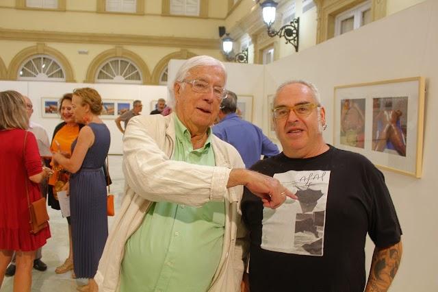 Pérez Siquier señalando la foto de la 1ª portada de Afal que lleva en su camiseta Antonio Jesús García, Che.