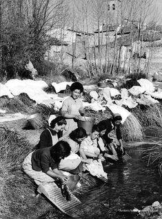 lavando ropa en el rio