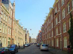 Photo: De Willemsstraat in 2001. Links de woningen van de Vereniging ten behoeve der Arbeidersklassen, rechts de Constantia-woningen