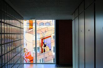 Photo: Glas-in-lood-ramen van Joost Swarte in het trappenhuis van het complex dat de ouderenwoongroep 'De Jordaan' herbergt