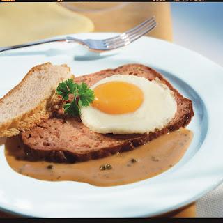 Fleischkäse mit Ei auf Pfeffersauce