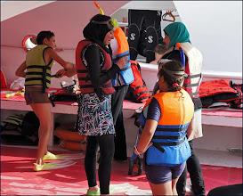 Photo: Прогулка на яхте. На месте заплыва с различных яхт. Мусульманская яхта. Девочки с масками для плавания.