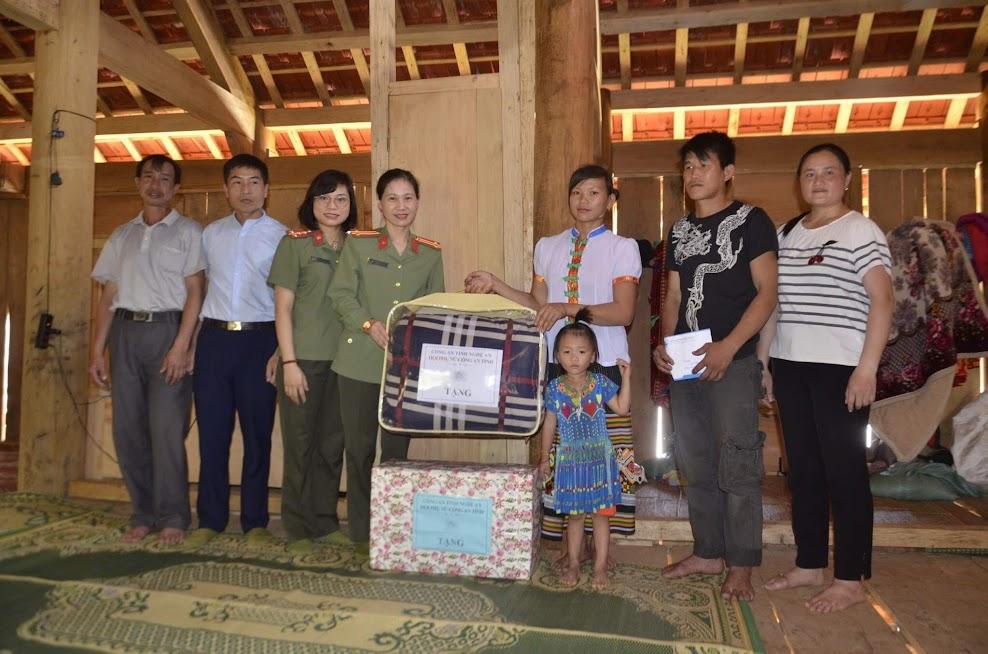Công an tỉnh Nghệ An tặng quà các hoàn cảnh khó khăn