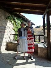 Photo: Les dames peuvent visiter les monastères si elle sont correctement vêtues et les bras couverts, comme on le voit ici ...  pour ne pas tenter le diable