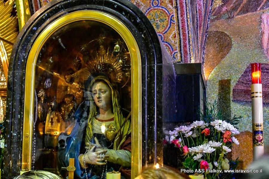 Храм Гроба Господня. Голгофа. 13 станция Виа Долороза. Пьета – оплакивание. Католический придел.