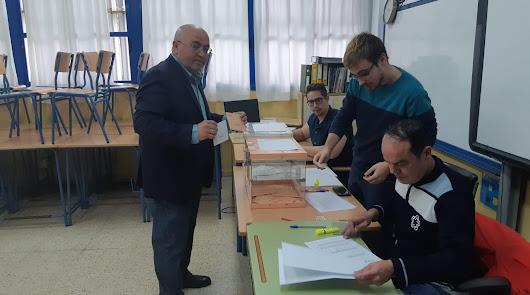 Juan José Bonilla depositando su voto en El Ejido.