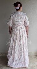 Photo: Vestido sem mangas império em algodão e cambraia brancos e capa em algodão estampado floral rosa forrada de algodão branco. A partir de R$ 480,00.