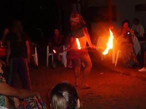 Photo: Banda hipíků žonglující se všim možnym i nemožnym.