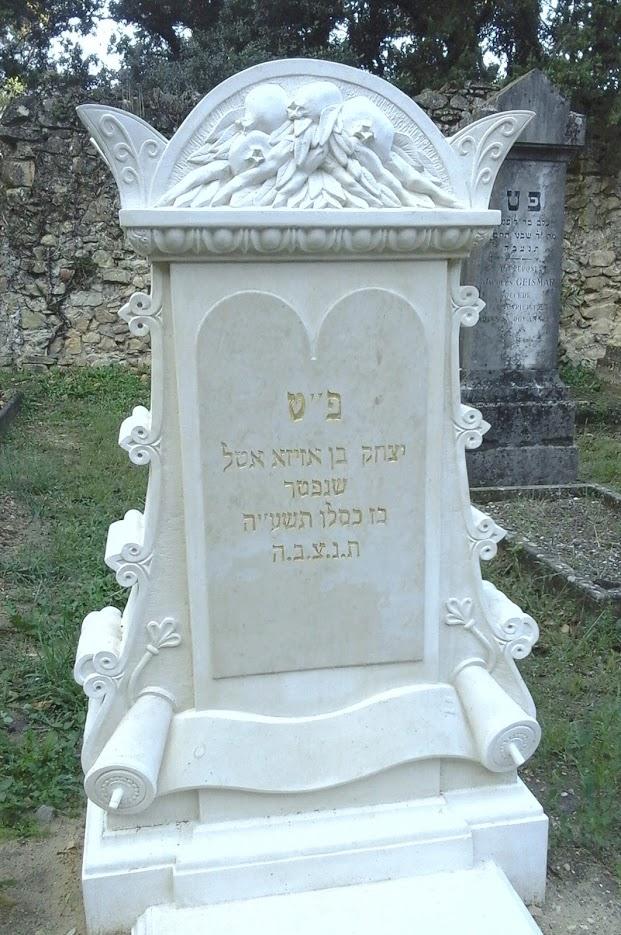 Tombe en pierre de taille dans le cimetière juif d'Orange