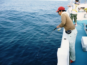 Photo: 「すいませーん!だれか、カラんでませんか―。」って、魚の引きじゃないのー?